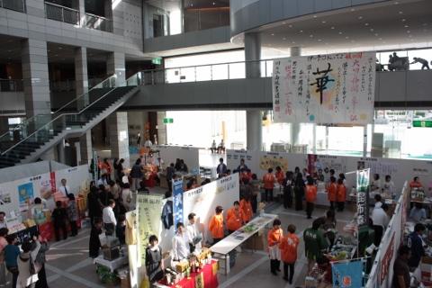 ホワイエにて地元愛媛県の物産展も開催